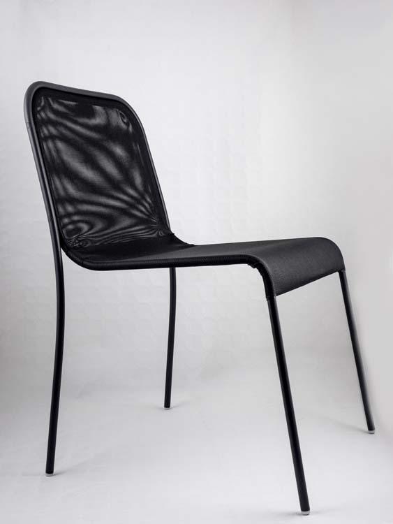 lavorazione di saldatura in alta frequenza di sedia con seduta in materiale plastico